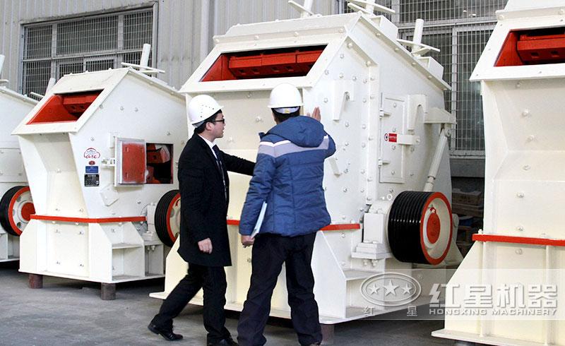 客户到兴邦机器参观考察反击式破碎机